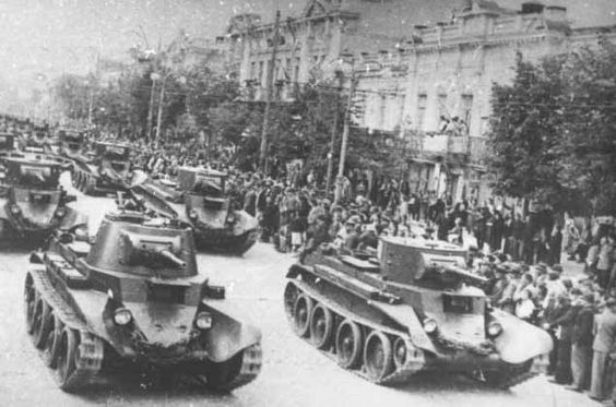 Tanks BT-5 and BT-7 marching