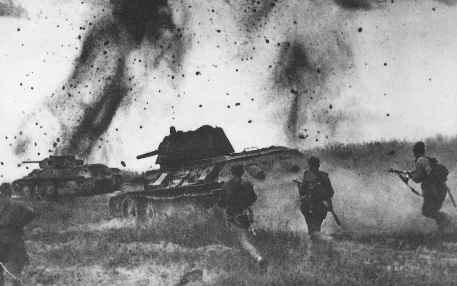 T-34 advance protecting infantry under enemy fire